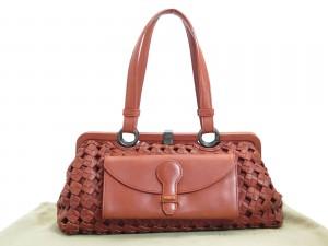 bafb05b95da5 Итальянская фирма Bottega Veneta была основана в 1996 году в качестве  семейного бизнеса по производству кожаных товаров. Большой популярностью  пользуются ...